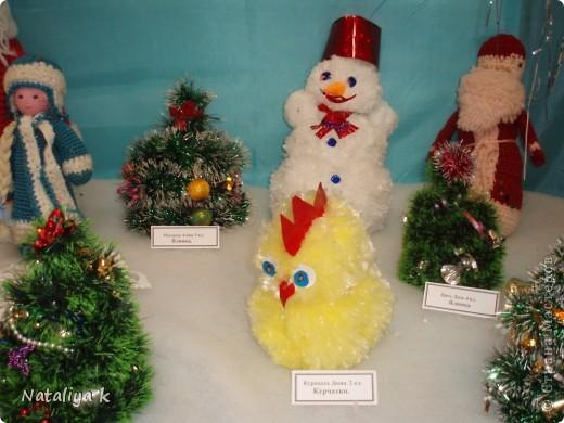 Цыплёнок и снеговик из одноразовых пакетов,ёлочки из мишуры,накрученной на проволоку.
