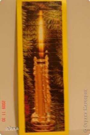 аппликация из 2 одинаковых открыток, наверное,  многим известна 2 одинаковые открытки разрезаются на полоски одной ширины ( в данном случае по 1 см) и для того, чтобы не запутаться нумируются с обратной стороны .   Затем начинаем сборку, наклеиваем части 1,1; 2, 2, и т.д.  Интересный эффект получается, если на открытках изображены природа, цветы, свечи...