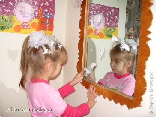 Сашенька рисует на зеркале отпечатками ладошек и пальчиков. фото 1
