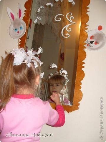 Сашенька рисует на зеркале отпечатками ладошек и пальчиков. фото 2