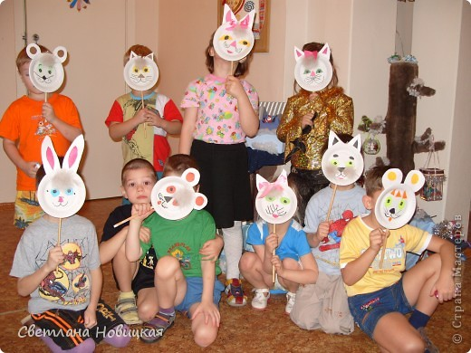 Кошки, тигры... Игры, пляски, Там и тут мелькают маски: Ты медведь, а я лиса, Вот какие чудеса! фото 1