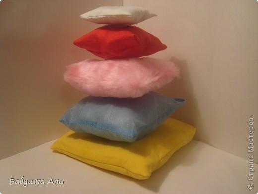 1Сшита из разных кусочков ткани,в каждой подушечке различные наполнители:поролон,синтепон,фольга,шуршащий целофан. фото 1