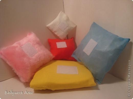 1Сшита из разных кусочков ткани,в каждой подушечке различные наполнители:поролон,синтепон,фольга,шуршащий целофан. фото 2