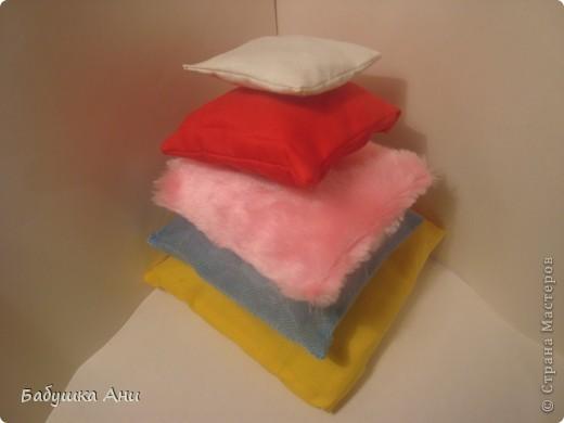 1Сшита из разных кусочков ткани,в каждой подушечке различные наполнители:поролон,синтепон,фольга,шуршащий целофан. фото 3