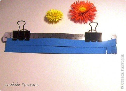 Сегодня училась резать бахрому для цветов. Собрала все идеи в кучу и решила, что для меня так удобнее. Оптимально 5 листов за раз, полоски могут быть разной ширины. Зажимы передвигать по мере надобности. Ножницы любые острые, линейка ограничивает разрез, поэтому режем серединой лезвия ножниц фото 3