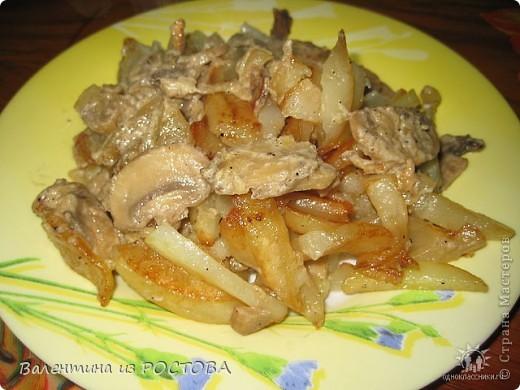 Картофель-1,5кг  грибы свежие -500гр.  сметана -5 ст. лож.  лук-2 гол.  специи,зелень,постное масло  Грибы режу дольками+лук.Все жарю на сковороде.В конце добавляю сметану.Картошку режу,как на фри,жарю на постном масле почти до готовности.Смешиваю грибы и картошку,добавляю специи и тушу все вместе минут 10 под крышкой.Все.Приятного аппетита!