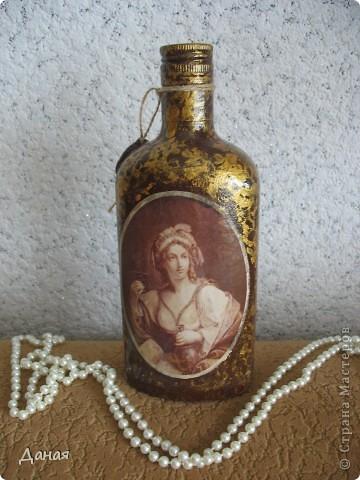 Идея декорирования этой бутылки возникла после того, как я случайно забрела на сайт, посвященный британской гравюре 18-19 веков... Сразу захотелось сотворить чего-нибудь в старинном  духе... фото 1