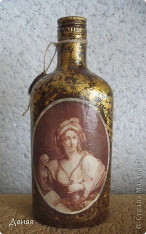 Идея декорирования этой бутылки возникла после того, как я случайно забрела на сайт, посвященный британской гравюре 18-19 веков... Сразу захотелось сотворить чего-нибудь в старинном  духе... фото 2