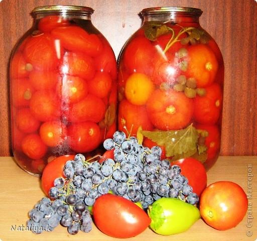 """ПОМИДОРЫ БЕЗ УКСУСА     Рецепт первый без стерилизации   Сложить в стерильные 3 литровые банки помидоры.На дно 2-3 лавровых листа,чёрный перец горошком,3-5 зубчиков чеснока,3 листика смородины,3 листика вишни + 1 стакан ягод мелкого местного винограда.  Залить кипятком,прикрыть прокипяченной крышкой,укутать полотенцем на 5 минут.Через 5 минут воду слить и поставить закипать,добавив 1 полустаканчик сахара(можно чуть больше) ,1 неполный (на палец меньше)полустаканчик соли и немного воды(гр 100),чтобы компенсировать ту,что выкипит.Банку с помидорами укутать.Прокипятить рассол 1-2 минуты.Залить помидоры повторно и закатать.Банку поставить """"вверх ногами"""",укутать.  фото 1"""