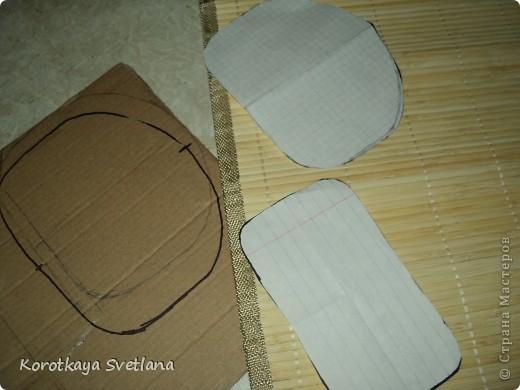 4. Вырезаю из ткани кусок по размеру салфетки (даже чуть меньше, по окантовку) и приклеиваю горячим пистолетом.