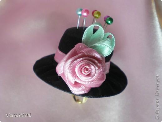 Продолжаю серию с шляпками-игольницами, на этот раз она очень маленькая, потому что это колечко!Идею нашла в интернете но к сожалению не помню откуда!Если найду то обязательно дам ссылку на страничку!!!Так вот она моя шляпка-игольница-колечко!!! фото 2