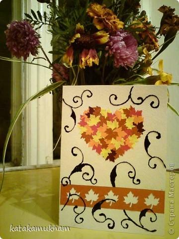 Долго собиралась сплести ловец снов, но все не получалась - то времени нет, то ива засохла... Сплела вот такой миниатюрный на открытке - с попугайскими перышками и в цветах - пусть приносит он светлые летние сны))) фото 2