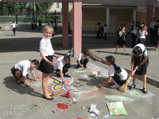 Каждый год в день Защиты животных в нашей школе проходит конкурс рисунков на асфальте. В этом году рисовали полезных насекомых и защищали свои рисунки. Это - эскиз моих учеников пятиклассников! фото 3