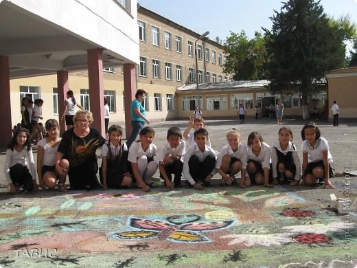 Каждый год в день Защиты животных в нашей школе проходит конкурс рисунков на асфальте. В этом году рисовали полезных насекомых и защищали свои рисунки. Это - эскиз моих учеников пятиклассников! фото 4