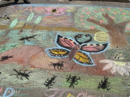 Каждый год в день Защиты животных в нашей школе проходит конкурс рисунков на асфальте. В этом году рисовали полезных насекомых и защищали свои рисунки. Это - эскиз моих учеников пятиклассников! фото 2