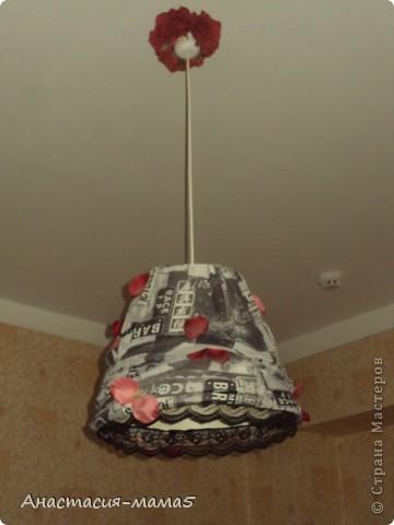 Абажур в спальне родителей. Основа из ИКЕА. На неё натянута моя трикотажная юбка, приклеены лепестки и кружево. фото 2
