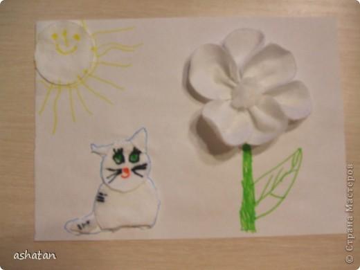 Работа под моим руководством. С ватными дисками работали впервые  Материалы: ватные диски, ножницы, клей-карандаш, фломастеры  Вырезать я чуть-чуть помогла, клеил и рисовал сам, цветочек делал полностью сам.