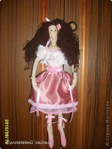 """Моя первая куколка. Смотрела на куколок Галюши с восхищением, но времени шить не было. Очень быстро сшилась. Взяла Настин белый носочек - получился верх и панталончики. А балетки раскрасила обьемными красками """"PUFFY""""."""