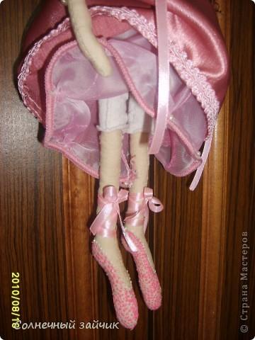 """Моя первая куколка. Смотрела на куколок Галюши с восхищением, но времени шить не было. Очень быстро сшилась. Взяла Настин белый носочек - получился верх и панталончики. А балетки раскрасила обьемными красками """"PUFFY"""". фото 3"""