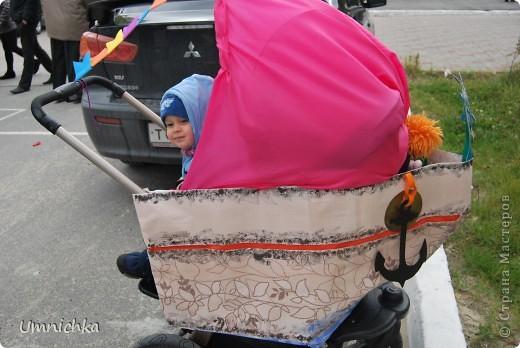 """В нашем поселке в сентябре был конкурс """"Парад колясок 2010"""", и наша семья решила в нем поучаствовать. Судите сами что из этого получилось. фото 1"""