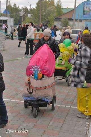 """В нашем поселке в сентябре был конкурс """"Парад колясок 2010"""", и наша семья решила в нем поучаствовать. Судите сами что из этого получилось. фото 3"""