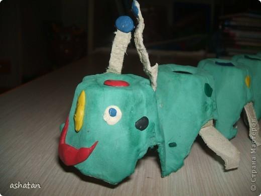 Поделки моего сыночка: Гусеничка-многоножка фото 12