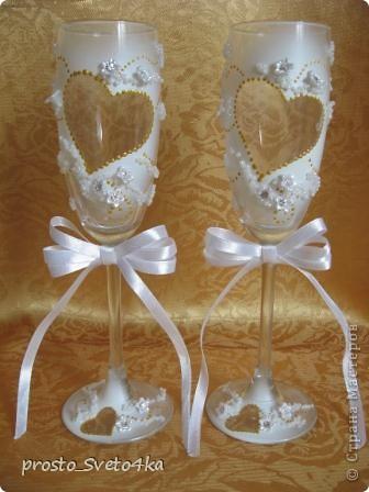 Выставляю на ваш суд свадебные  бокальчики, украшенные по случаю свадьбы коллеги. Как и многие мастерицы попробовала себя в этом волшебном  деле.  Захотелось прикоснуться торжеству.