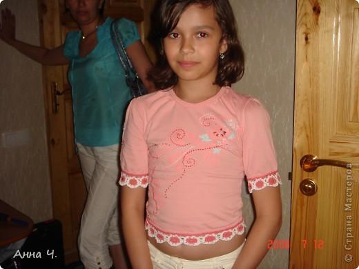 Дочурке моей подруги стала мала футболка, но она ей очень нравилась. И мы решили ее немножко оживить, обвязав по кругу забавными цветочками.