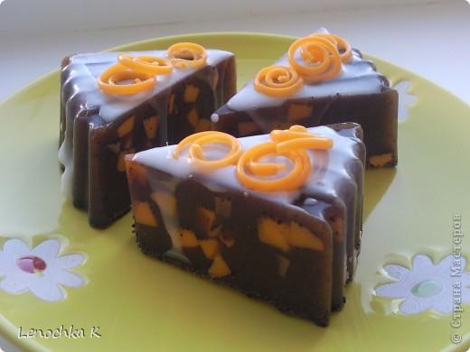 """Вот такой чизкейк у меня получился: мыло-скраб с натуральным кофе, цукаты с апельсиновым запахом, ванильно-сливочный крем, """"апельсиновая цедра"""" фото 3"""