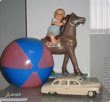 В наши дни увлечение куклами стало массовым. Свой музей куклы есть, пожалуй, во всех крупных городах. Я приглашаю вас в Магнитогорскую картинную галерею, где проходила выставка кукол, принадлежащих челябинскому коллекционеру Марине Комендандт. Выставка побывала более чем в 50 городах России и Европы. В экспозиции представлено около 300 игрушек - куклы, плюшевые звери, игрушечная утварь, развивающие игры и многое другое.  Впрочем, смотрите, и увидите все сами. фото 3