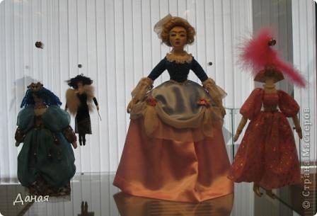 В наши дни увлечение куклами стало массовым. Свой музей куклы есть, пожалуй, во всех крупных городах. Я приглашаю вас в Магнитогорскую картинную галерею, где проходила выставка кукол, принадлежащих челябинскому коллекционеру Марине Комендандт. Выставка побывала более чем в 50 городах России и Европы. В экспозиции представлено около 300 игрушек - куклы, плюшевые звери, игрушечная утварь, развивающие игры и многое другое.  Впрочем, смотрите, и увидите все сами. фото 5