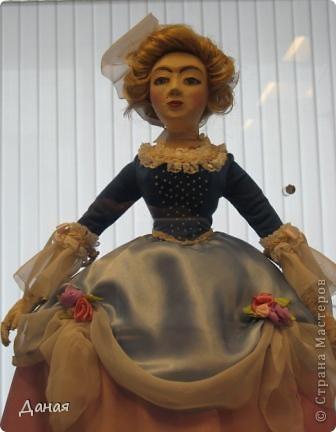В наши дни увлечение куклами стало массовым. Свой музей куклы есть, пожалуй, во всех крупных городах. Я приглашаю вас в Магнитогорскую картинную галерею, где проходила выставка кукол, принадлежащих челябинскому коллекционеру Марине Комендандт. Выставка побывала более чем в 50 городах России и Европы. В экспозиции представлено около 300 игрушек - куклы, плюшевые звери, игрушечная утварь, развивающие игры и многое другое.  Впрочем, смотрите, и увидите все сами. фото 6