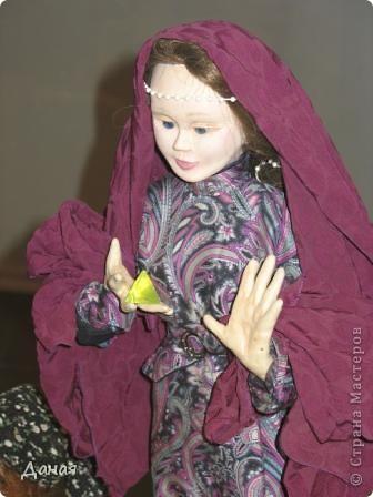 В наши дни увлечение куклами стало массовым. Свой музей куклы есть, пожалуй, во всех крупных городах. Я приглашаю вас в Магнитогорскую картинную галерею, где проходила выставка кукол, принадлежащих челябинскому коллекционеру Марине Комендандт. Выставка побывала более чем в 50 городах России и Европы. В экспозиции представлено около 300 игрушек - куклы, плюшевые звери, игрушечная утварь, развивающие игры и многое другое.  Впрочем, смотрите, и увидите все сами. фото 8