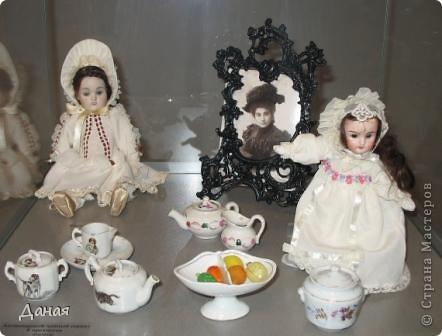 В наши дни увлечение куклами стало массовым. Свой музей куклы есть, пожалуй, во всех крупных городах. Я приглашаю вас в Магнитогорскую картинную галерею, где проходила выставка кукол, принадлежащих челябинскому коллекционеру Марине Комендандт. Выставка побывала более чем в 50 городах России и Европы. В экспозиции представлено около 300 игрушек - куклы, плюшевые звери, игрушечная утварь, развивающие игры и многое другое.  Впрочем, смотрите, и увидите все сами. фото 11