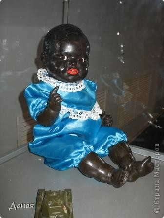 В наши дни увлечение куклами стало массовым. Свой музей куклы есть, пожалуй, во всех крупных городах. Я приглашаю вас в Магнитогорскую картинную галерею, где проходила выставка кукол, принадлежащих челябинскому коллекционеру Марине Комендандт. Выставка побывала более чем в 50 городах России и Европы. В экспозиции представлено около 300 игрушек - куклы, плюшевые звери, игрушечная утварь, развивающие игры и многое другое.  Впрочем, смотрите, и увидите все сами. фото 12
