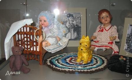 В наши дни увлечение куклами стало массовым. Свой музей куклы есть, пожалуй, во всех крупных городах. Я приглашаю вас в Магнитогорскую картинную галерею, где проходила выставка кукол, принадлежащих челябинскому коллекционеру Марине Комендандт. Выставка побывала более чем в 50 городах России и Европы. В экспозиции представлено около 300 игрушек - куклы, плюшевые звери, игрушечная утварь, развивающие игры и многое другое.  Впрочем, смотрите, и увидите все сами. фото 13