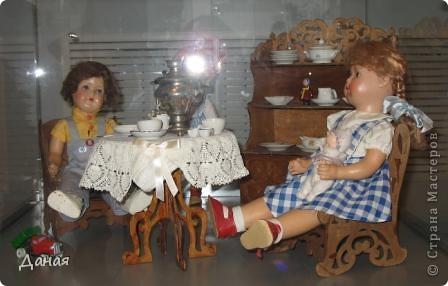 В наши дни увлечение куклами стало массовым. Свой музей куклы есть, пожалуй, во всех крупных городах. Я приглашаю вас в Магнитогорскую картинную галерею, где проходила выставка кукол, принадлежащих челябинскому коллекционеру Марине Комендандт. Выставка побывала более чем в 50 городах России и Европы. В экспозиции представлено около 300 игрушек - куклы, плюшевые звери, игрушечная утварь, развивающие игры и многое другое.  Впрочем, смотрите, и увидите все сами. фото 14
