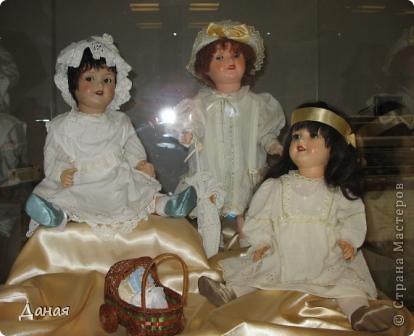 В наши дни увлечение куклами стало массовым. Свой музей куклы есть, пожалуй, во всех крупных городах. Я приглашаю вас в Магнитогорскую картинную галерею, где проходила выставка кукол, принадлежащих челябинскому коллекционеру Марине Комендандт. Выставка побывала более чем в 50 городах России и Европы. В экспозиции представлено около 300 игрушек - куклы, плюшевые звери, игрушечная утварь, развивающие игры и многое другое.  Впрочем, смотрите, и увидите все сами. фото 15