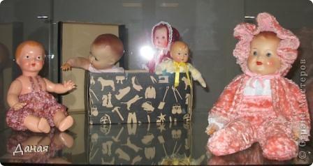 В наши дни увлечение куклами стало массовым. Свой музей куклы есть, пожалуй, во всех крупных городах. Я приглашаю вас в Магнитогорскую картинную галерею, где проходила выставка кукол, принадлежащих челябинскому коллекционеру Марине Комендандт. Выставка побывала более чем в 50 городах России и Европы. В экспозиции представлено около 300 игрушек - куклы, плюшевые звери, игрушечная утварь, развивающие игры и многое другое.  Впрочем, смотрите, и увидите все сами. фото 16