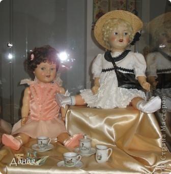 В наши дни увлечение куклами стало массовым. Свой музей куклы есть, пожалуй, во всех крупных городах. Я приглашаю вас в Магнитогорскую картинную галерею, где проходила выставка кукол, принадлежащих челябинскому коллекционеру Марине Комендандт. Выставка побывала более чем в 50 городах России и Европы. В экспозиции представлено около 300 игрушек - куклы, плюшевые звери, игрушечная утварь, развивающие игры и многое другое.  Впрочем, смотрите, и увидите все сами. фото 18