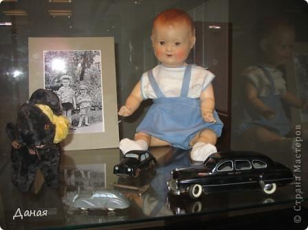В наши дни увлечение куклами стало массовым. Свой музей куклы есть, пожалуй, во всех крупных городах. Я приглашаю вас в Магнитогорскую картинную галерею, где проходила выставка кукол, принадлежащих челябинскому коллекционеру Марине Комендандт. Выставка побывала более чем в 50 городах России и Европы. В экспозиции представлено около 300 игрушек - куклы, плюшевые звери, игрушечная утварь, развивающие игры и многое другое.  Впрочем, смотрите, и увидите все сами. фото 20