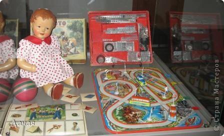 В наши дни увлечение куклами стало массовым. Свой музей куклы есть, пожалуй, во всех крупных городах. Я приглашаю вас в Магнитогорскую картинную галерею, где проходила выставка кукол, принадлежащих челябинскому коллекционеру Марине Комендандт. Выставка побывала более чем в 50 городах России и Европы. В экспозиции представлено около 300 игрушек - куклы, плюшевые звери, игрушечная утварь, развивающие игры и многое другое.  Впрочем, смотрите, и увидите все сами. фото 21