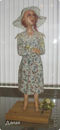 В наши дни увлечение куклами стало массовым. Свой музей куклы есть, пожалуй, во всех крупных городах. Я приглашаю вас в Магнитогорскую картинную галерею, где проходила выставка кукол, принадлежащих челябинскому коллекционеру Марине Комендандт. Выставка побывала более чем в 50 городах России и Европы. В экспозиции представлено около 300 игрушек - куклы, плюшевые звери, игрушечная утварь, развивающие игры и многое другое.  Впрочем, смотрите, и увидите все сами. фото 24