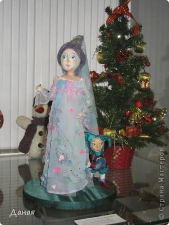 В наши дни увлечение куклами стало массовым. Свой музей куклы есть, пожалуй, во всех крупных городах. Я приглашаю вас в Магнитогорскую картинную галерею, где проходила выставка кукол, принадлежащих челябинскому коллекционеру Марине Комендандт. Выставка побывала более чем в 50 городах России и Европы. В экспозиции представлено около 300 игрушек - куклы, плюшевые звери, игрушечная утварь, развивающие игры и многое другое.  Впрочем, смотрите, и увидите все сами. фото 26