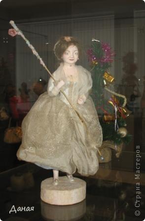 В наши дни увлечение куклами стало массовым. Свой музей куклы есть, пожалуй, во всех крупных городах. Я приглашаю вас в Магнитогорскую картинную галерею, где проходила выставка кукол, принадлежащих челябинскому коллекционеру Марине Комендандт. Выставка побывала более чем в 50 городах России и Европы. В экспозиции представлено около 300 игрушек - куклы, плюшевые звери, игрушечная утварь, развивающие игры и многое другое.  Впрочем, смотрите, и увидите все сами. фото 27