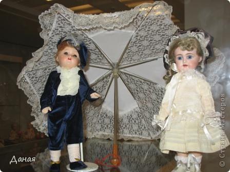 В наши дни увлечение куклами стало массовым. Свой музей куклы есть, пожалуй, во всех крупных городах. Я приглашаю вас в Магнитогорскую картинную галерею, где проходила выставка кукол, принадлежащих челябинскому коллекционеру Марине Комендандт. Выставка побывала более чем в 50 городах России и Европы. В экспозиции представлено около 300 игрушек - куклы, плюшевые звери, игрушечная утварь, развивающие игры и многое другое.  Впрочем, смотрите, и увидите все сами. фото 28