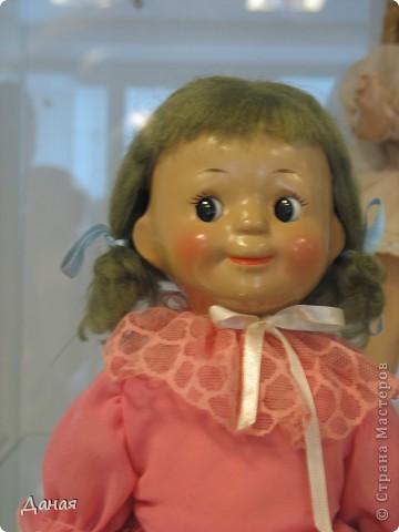 В наши дни увлечение куклами стало массовым. Свой музей куклы есть, пожалуй, во всех крупных городах. Я приглашаю вас в Магнитогорскую картинную галерею, где проходила выставка кукол, принадлежащих челябинскому коллекционеру Марине Комендандт. Выставка побывала более чем в 50 городах России и Европы. В экспозиции представлено около 300 игрушек - куклы, плюшевые звери, игрушечная утварь, развивающие игры и многое другое.  Впрочем, смотрите, и увидите все сами. фото 30