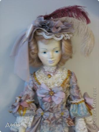 В наши дни увлечение куклами стало массовым. Свой музей куклы есть, пожалуй, во всех крупных городах. Я приглашаю вас в Магнитогорскую картинную галерею, где проходила выставка кукол, принадлежащих челябинскому коллекционеру Марине Комендандт. Выставка побывала более чем в 50 городах России и Европы. В экспозиции представлено около 300 игрушек - куклы, плюшевые звери, игрушечная утварь, развивающие игры и многое другое.  Впрочем, смотрите, и увидите все сами. фото 1