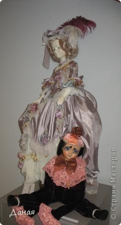 В наши дни увлечение куклами стало массовым. Свой музей куклы есть, пожалуй, во всех крупных городах. Я приглашаю вас в Магнитогорскую картинную галерею, где проходила выставка кукол, принадлежащих челябинскому коллекционеру Марине Комендандт. Выставка побывала более чем в 50 городах России и Европы. В экспозиции представлено около 300 игрушек - куклы, плюшевые звери, игрушечная утварь, развивающие игры и многое другое.  Впрочем, смотрите, и увидите все сами. фото 2