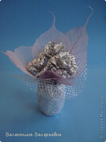 """Работа моей ученицы из 7 класса- Юдиной Олеси. Розы сделаны из фольги, листья- купили в отделе """"Цветы"""".  фото 1"""